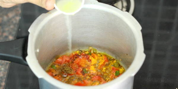 palak dal tadka recipe adding lemon juice