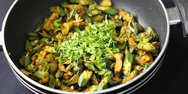 aloo bhindi fry steps garnish with coriander dhaniya